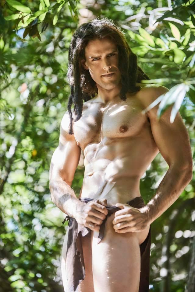 天菜男神Cosplay泰山「8塊腹肌」超可口 「那塊布太小」根本遮不住!