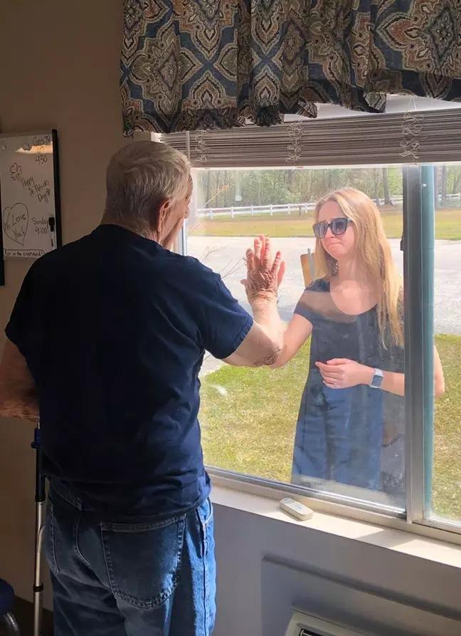 癡呆爺爺「被隔離」無法分享喜訊 孫女含淚「隔窗秀鑽戒」:我要結婚了!