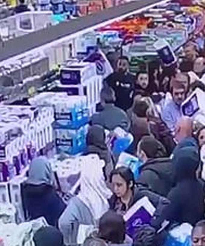 影/超市監視器拍到「人類蝗蟲」掃光衛生紙的驚人畫面!