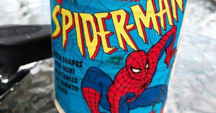 放25年的「蜘蛛人」義大利麵罐頭!他打開崩潰:幸好有戴手套