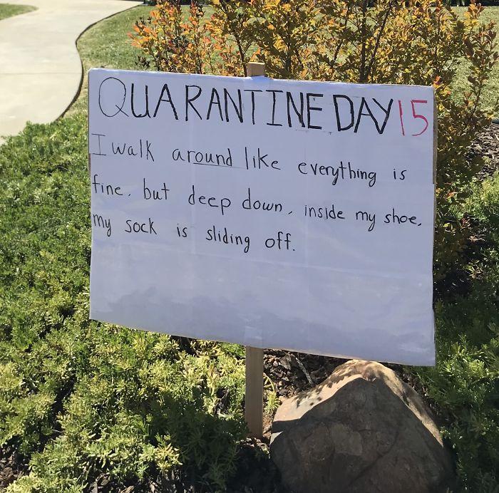 自主隔離鄰居「每天更新看板」 只公告「廢到笑小事」:洗澡邊唱歌超爽!