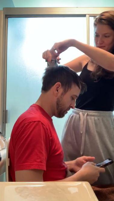影/隔離時期「老婆幫剪髮」失手「劉海→禿頭」讓他笑不出來!