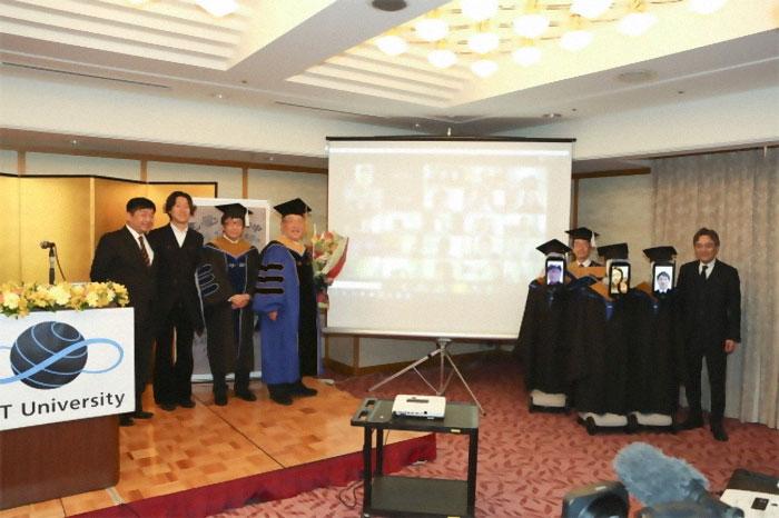 大學用「機器人取代學生」參加畢業典禮 螢幕「出現人臉」畫面太違和!