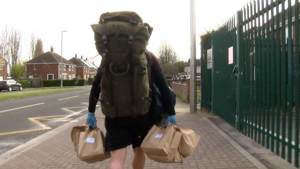 英校長「徒步8公里」送午餐 每天背「18公斤」只怕學生挨餓!