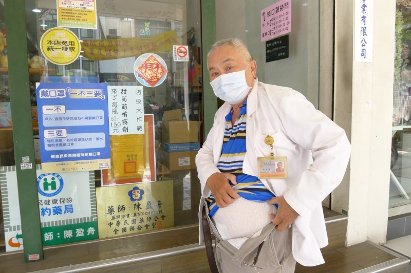 72歲老藥師堅持「包尿布賣口罩」哽咽:我想為大家多做一點
