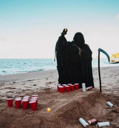男子變裝去海邊玩「引發各地死神潮」:不回家就跟我走!