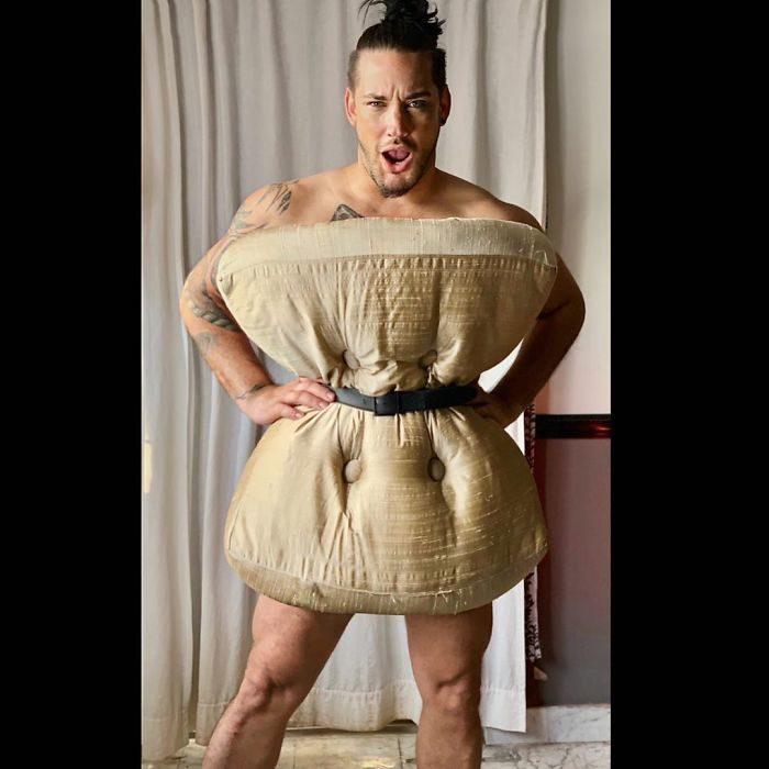 隔離也可以「只用枕頭」時尚穿搭 男子「背景反射」太害羞