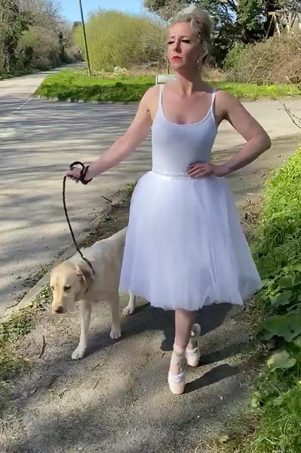 女主人的「溜狗穿搭」太獵奇 連愛犬都困擾:請救我...