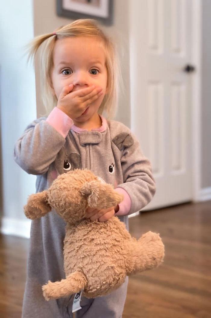 不小心「把娃娃留在飯店」嫩妹淚崩 員工「拍證據」:牠過很爽