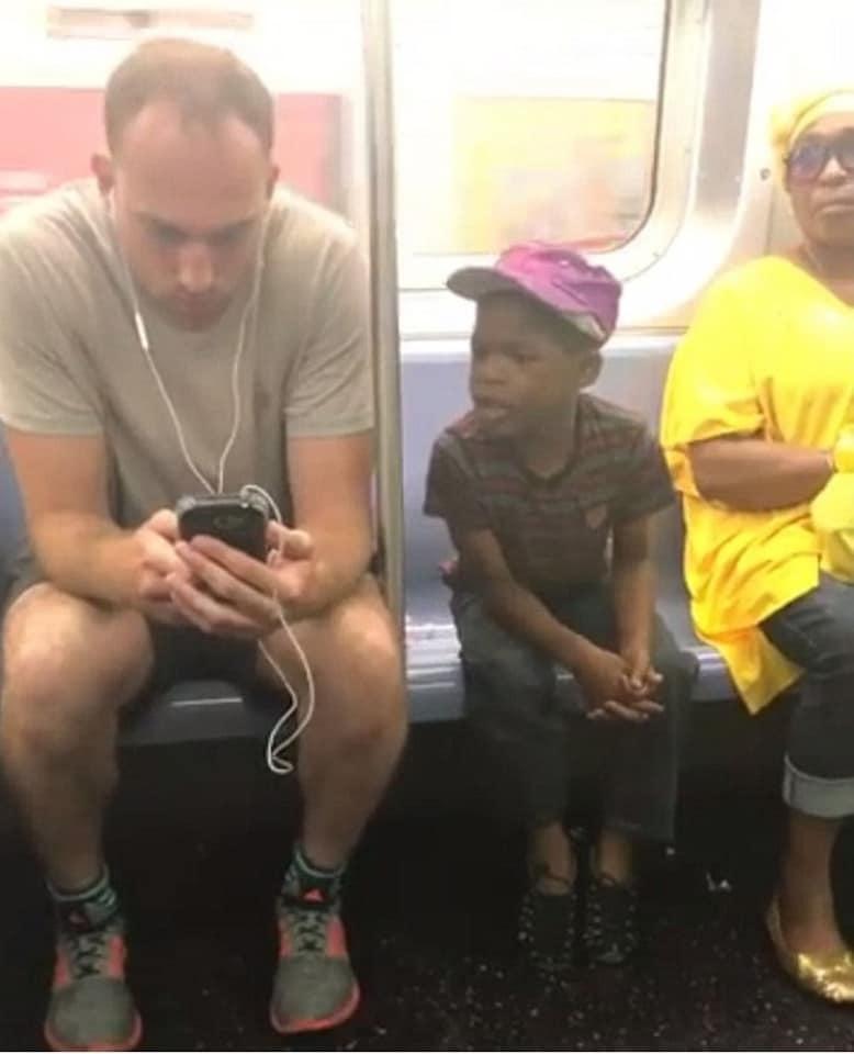 黑人弟「偷看隔壁手機」被抓包 白人男「暖反應」害乘客秒哭!