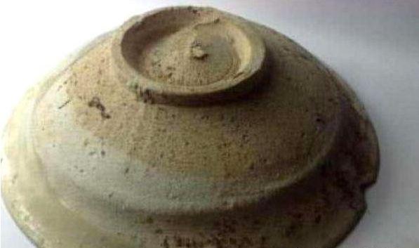 她帶著「祖先的破陶碗」問價 專家「一滴水」下去嚇瘋:這不該在這裡...