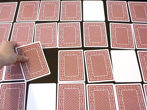 讓你「玩到神經衰弱」的撲克牌 一字都沒有「只能用摸的」!