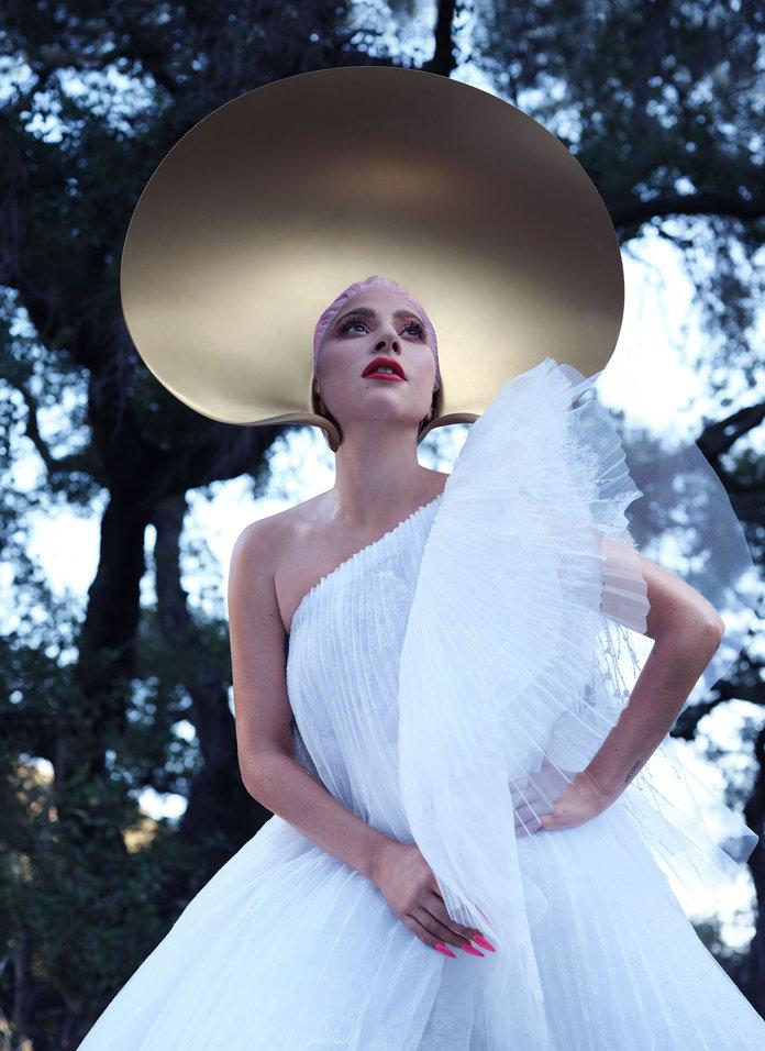 女神卡卡拍封面穿新禮服「正面藏亮點」是最時尚防疫裝!