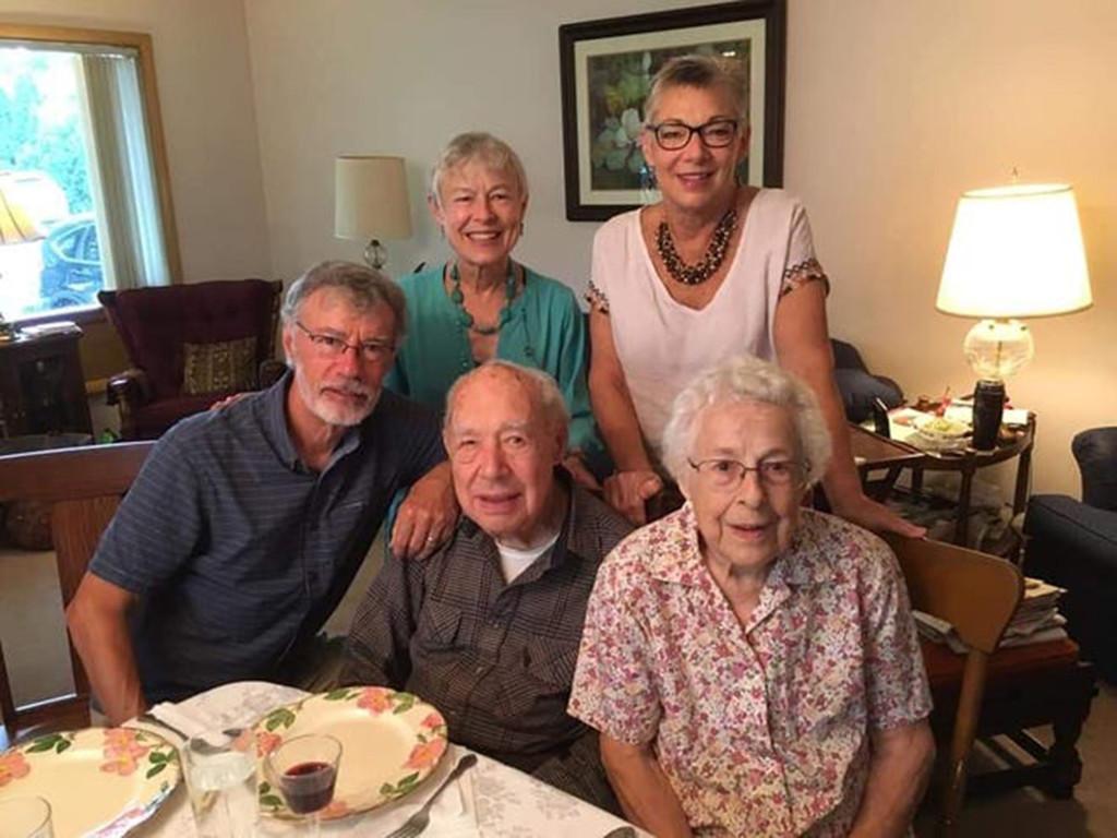 當73年老夫妻「雙雙確診」 到最後一刻仍「緊牽手」:別怕!