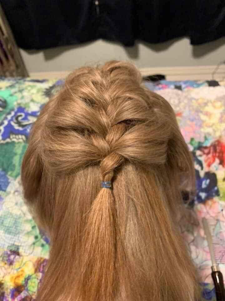 FB爆笑「隔離編髮照」一轉頭嚇壞:在家到底是有多無聊?