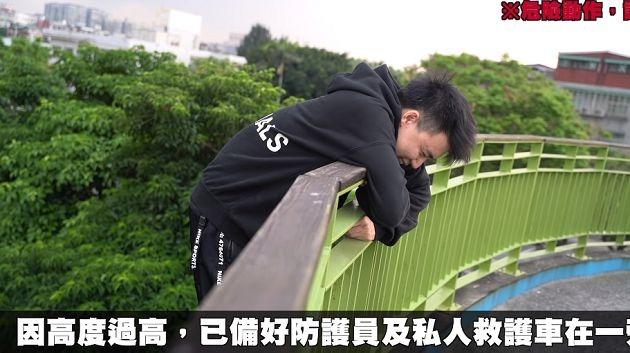 影/網紅賭輸「無保護措施跳3樓」只有一張軟墊 緊急送醫治療!