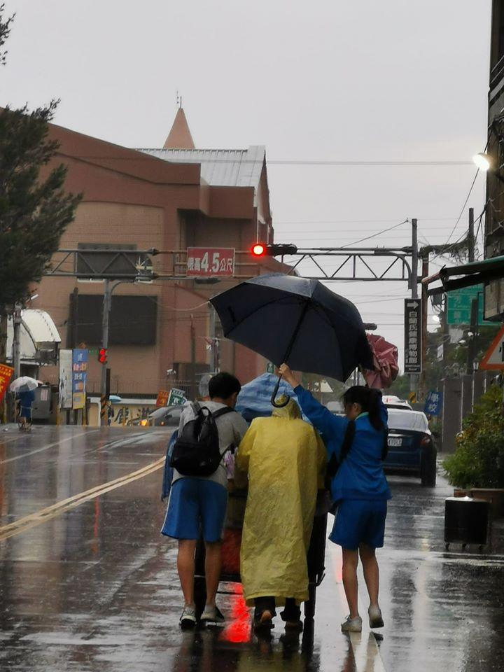 高中生冒雨「幫老翁推車」超暖心 孩子媽現身:真的好欣慰