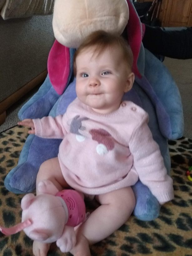 女嬰拍照「眼球有異常白點」 醫生難過宣布:需要整顆拿掉