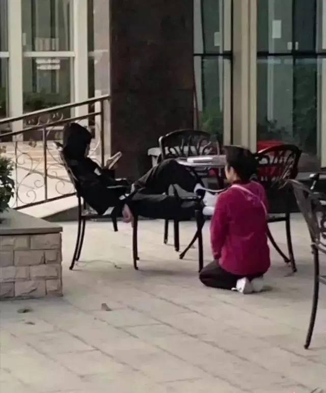 媽跪求兒上學 屁孩拍照炫耀「天天好心情」!專家:是媽媽的錯