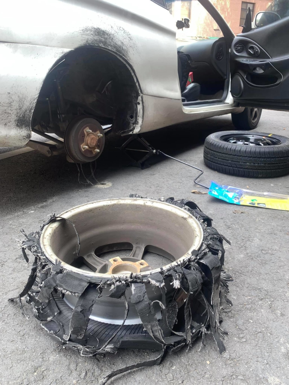 進隧道爆胎不敢停「只好硬撐到出口」車主嚇傻:只剩流蘇
