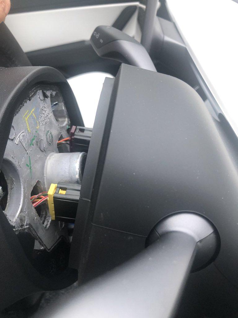 特斯拉開到一半「方向盤掉下來」 車主:他們叫我改開Jaguar