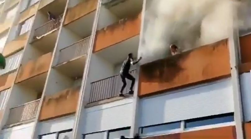 影/真實版蜘蛛人!年輕人徒手「爬失火大樓」救出老翁