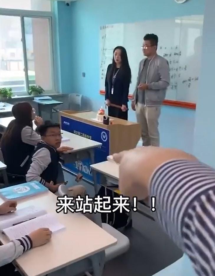 老師拿蛋糕慶生叫學生「幫拍照」 大家「乖乖照做」直接上鉤!