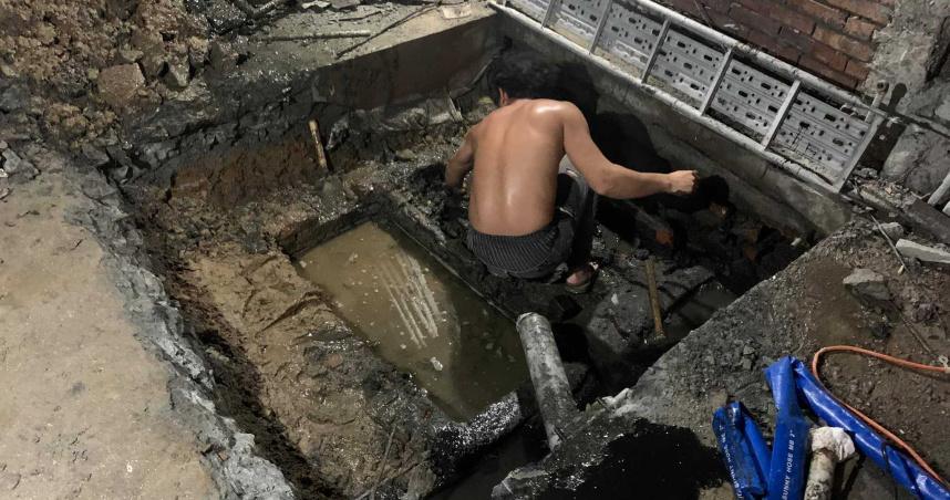 21歲男「徒手清化糞池」老闆超驚訝:以後一定變有錢人!