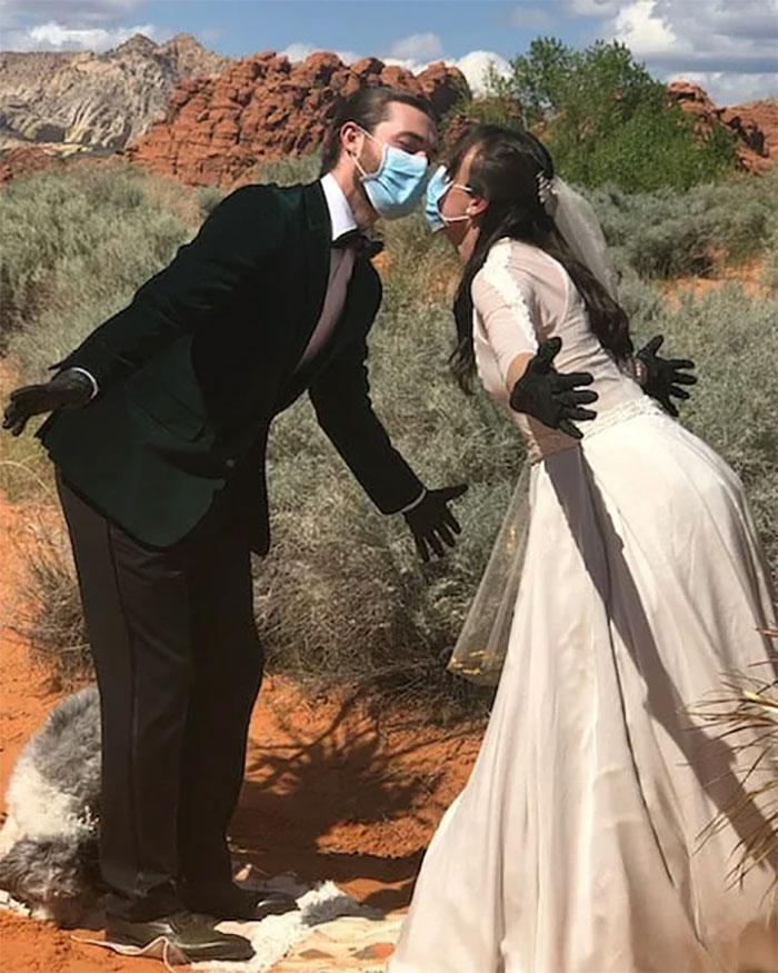 22張「愛能戰勝病毒」的最好證明 護理師用「防護衣」當婚紗
