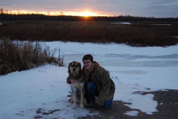 主人幫12年老狗圓夢見證「最後一場雪」牠的反應害眾人淚崩