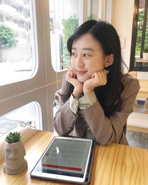 總統府翻譯「撞臉張鈞甯」學歷超驚人 網翻「高中小綠綠照」秒戀愛!
