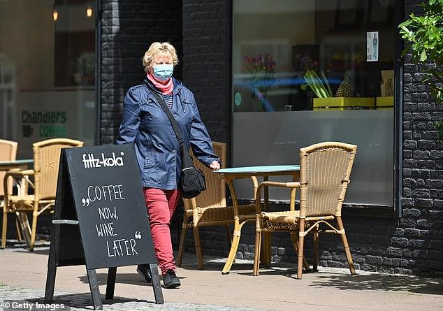 咖啡廳「自製軟棒帽」防疫 網友質疑:這樣會更危險!