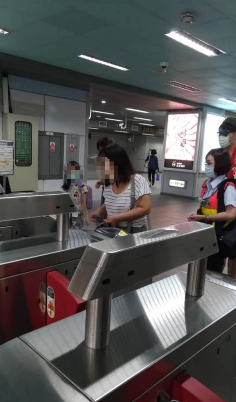 大媽「故意不戴口罩」搭捷運 「拿著口罩」狂嗆:憑什麼罰我!