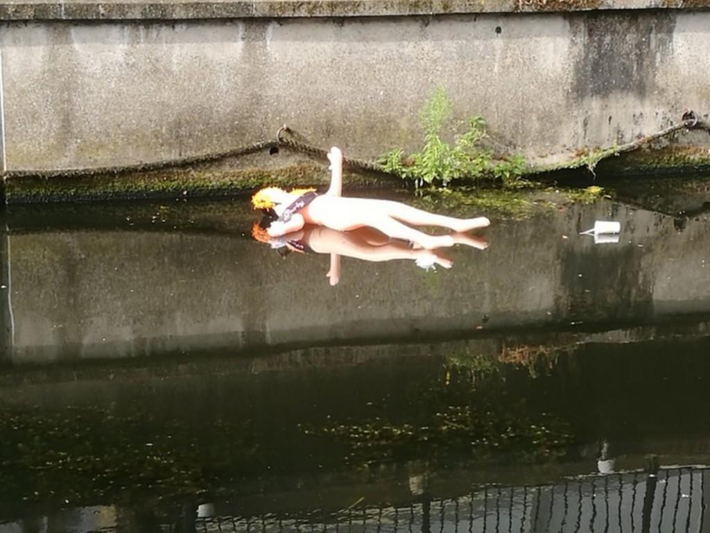以為「充氣娃娃」漂在河面上 「打撈上岸」才發現差點出大事!
