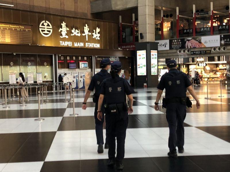 台北車站棋盤大廳「正式禁止坐」 民眾反彈:去野餐抗議
