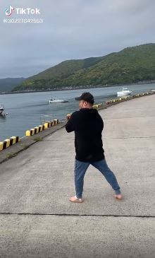 釣魚「想耍帥」集氣助跑 悲劇「腳滑」慘變巨大魚餌!