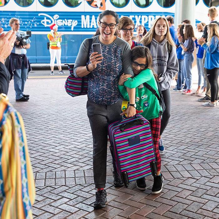《阿甘正傳》男星帶「千位兒童」暢遊迪士尼 「代替爸爸」帶他們出去玩!