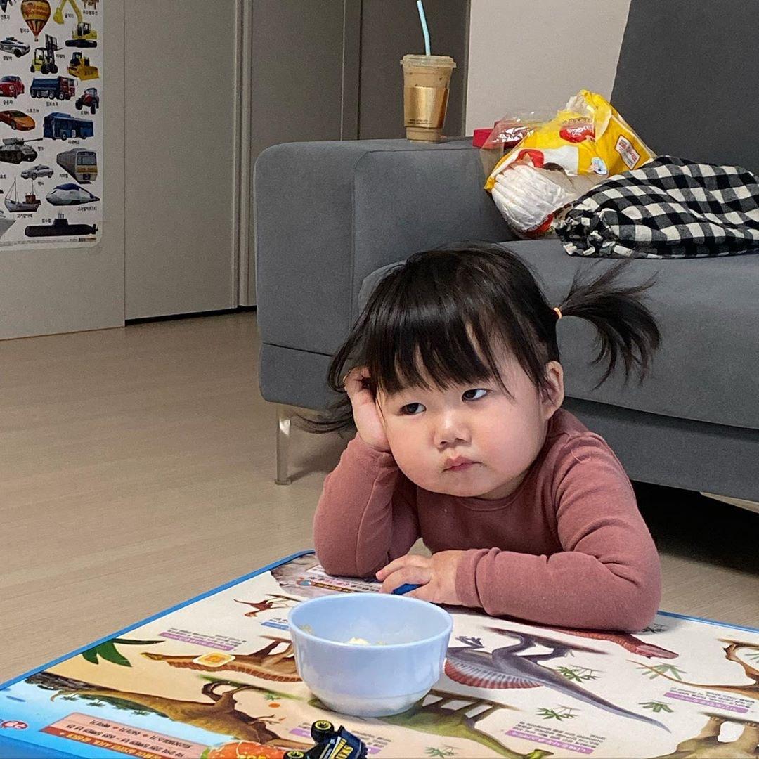 嫩娃心裡藏「厭世大叔」露肚躺沙發太反差!網搜「仙女媽」怔:怎麼生的?