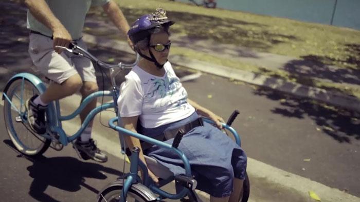老公發明「輪椅腳踏車」載失智愛妻出遊 重溫第一次約會!