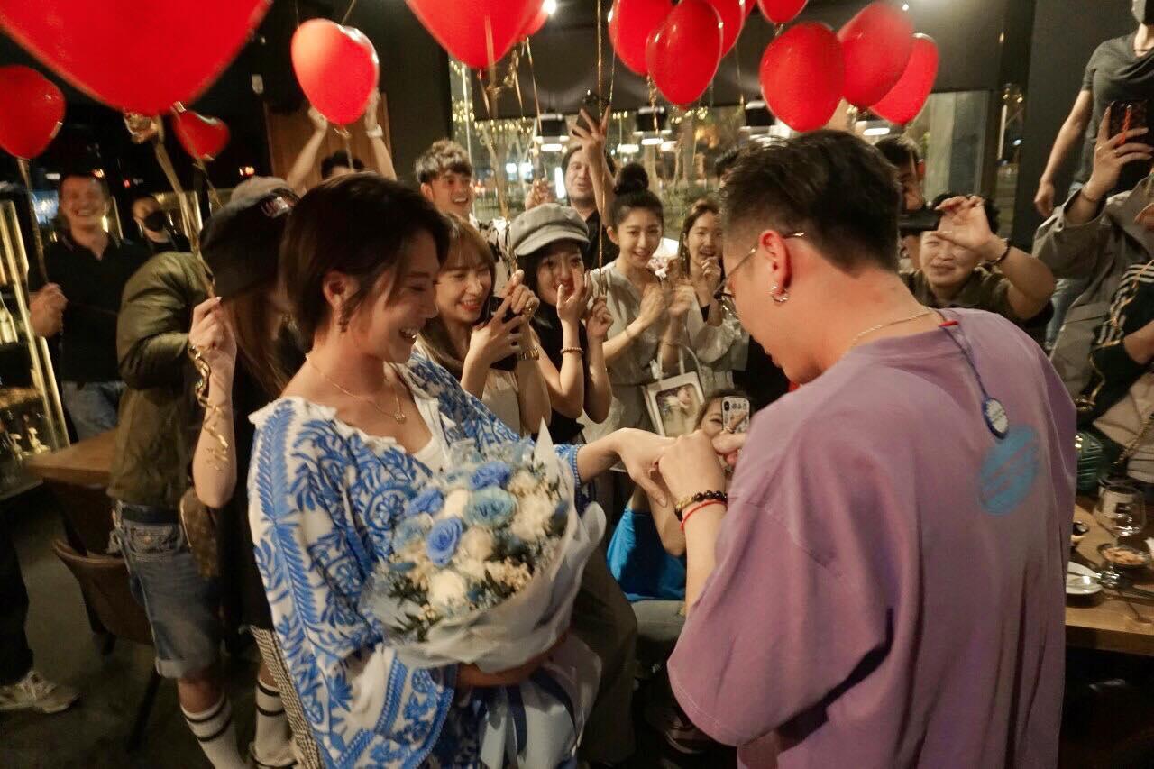 黑澀會大牙「520變人妻」  求婚現場「明星團助陣」人緣超好!