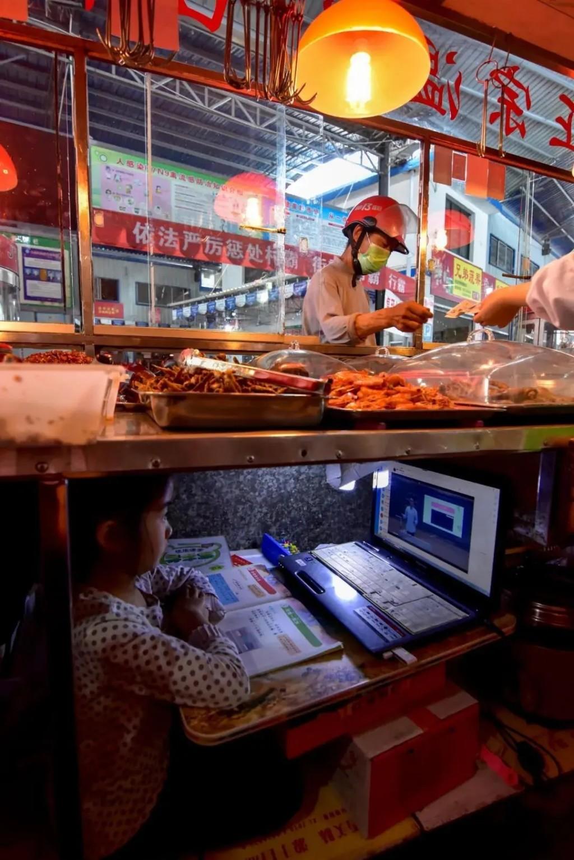 7歲小女孩每天「躲在滷味下讀書」 外媒大讚:亞洲版哈利波特