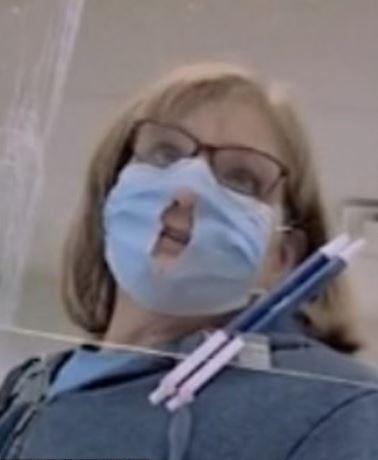 大媽逛街「口罩剪大洞」超得意:這樣比較好呼吸!