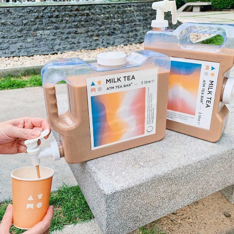 泰國網美店推「奶茶飲水機」野餐靠這贏 得用ATM買!
