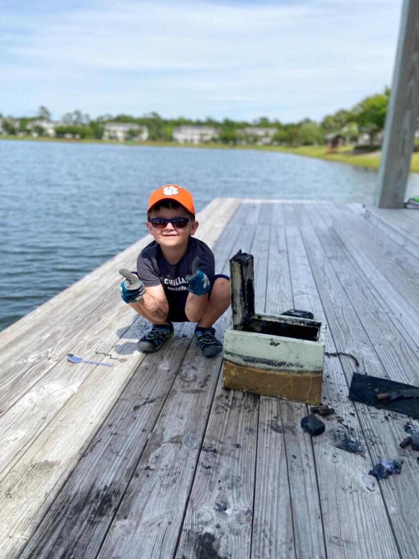 男孩釣到「失蹤8年保險箱」打開後嚇到馬上報警!