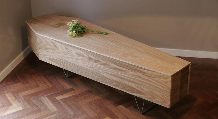 第一座「死後也能帶走」的環保書架 讓你躺在「書海中」入土