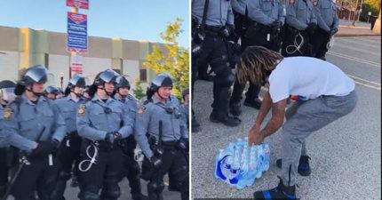 影/示威民眾「買水送鎮暴警察」安慰:我知道這是你們的工作