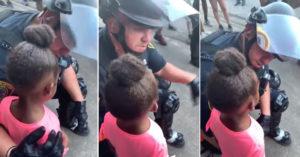 黑人女孩哭問「你會鎮壓我們嗎?」白人警「拆開防護」給最溫柔回應