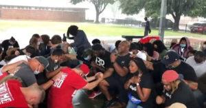 白人聚集「受害者家鄉」跪地求寬恕 黑人「痛哭相擁」畫面太催淚