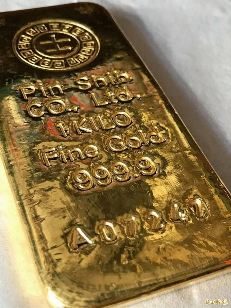 婦人撿舊鐵櫃掉出「1公斤大金塊」物歸原主連紅包都不肯收!