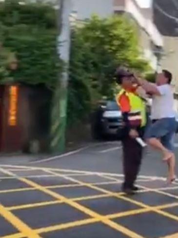 男子不滿封路「用磚頭狂砸義交」網友暴怒:台灣法律是塑膠做的?